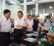 Phó chủ tịch Đà Nẵng đi chợ mua cá sạch lúc rạng sáng