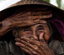 """Cụ già U70 ở Hội An """"cưa đổ"""" cả thế giới"""