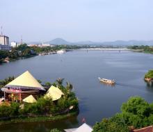 """Chiếc nón khổng lồ giữa sông Hương: Đến một lần là """"ghiền""""!"""