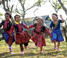 Xem bộ ảnh trẻ em H'Mông xúng xính đón Tết, chỉ muốn lên Mộc Châu ngay và luôn!