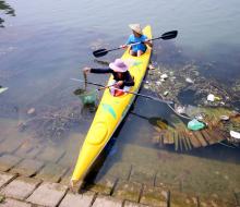 Chuyện lạ chỉ có ở Hội An: Khách Tây mua tour 10 USD chèo thuyền để được…. vớt rác.