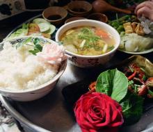 """Không ngờ giữa Sài Gòn tấp nập, lại có một quán cơm đơm hoa """"chuẩn cơm mẹ nấu"""" đến thế"""