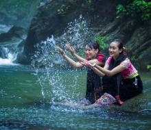 Về thác Khe Kèm (Nghệ An) tắm thác đẹp như dải lụa trắng